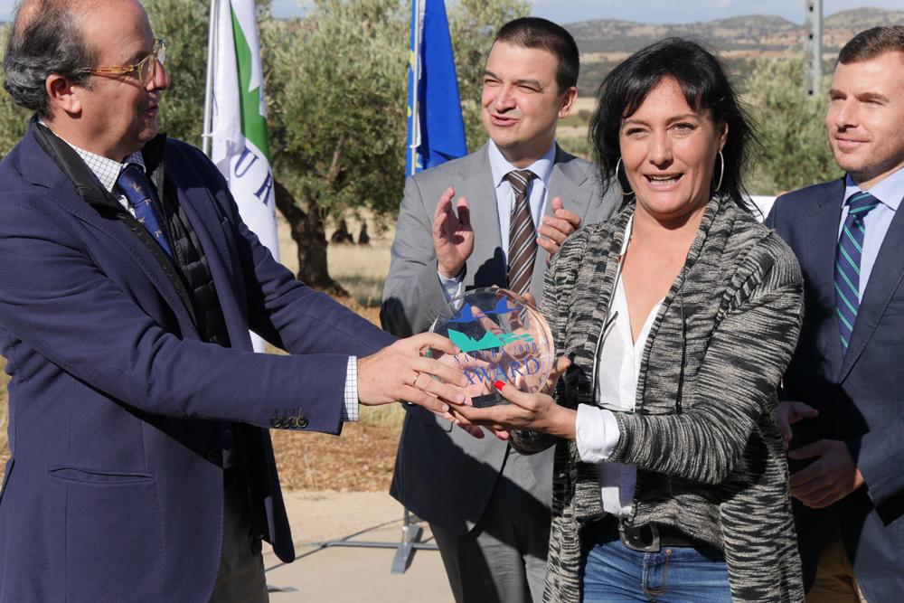 Daniel Calleja, director general de Medio Ambiente de la Comisión Europea entrega el galardón a Asunción Ruiz, directora ejecutiva de SEO/BirdLife ©A. Carretero-SEO/BirdLife